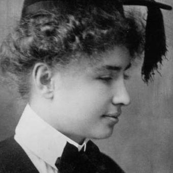 Pada 1904, Helen lulus dari Radcliffe College. (Biography)