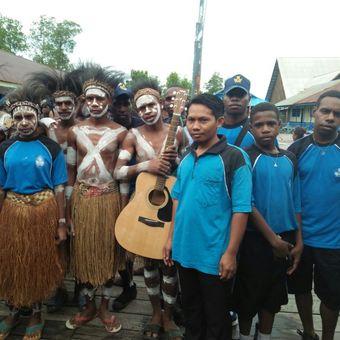Hafid Abdullah, seorang guru pendiri Taman Baca Baitul Akkad di Agats, Asmat, Papua.