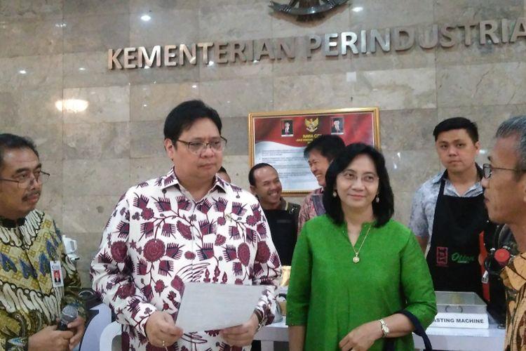 Menteri Perindustrian (Menperin) Airlangga Hartarto saat memberikan bantuan berupa alat pengolahan kopi di Gedung Kemenperin, Senin (10/7/2017).
