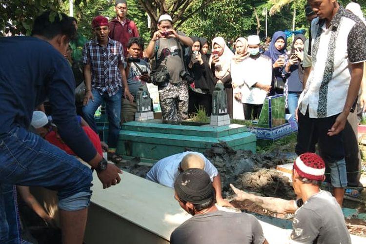Suasana pemakaman Fera Oktaria (21) korban pembunuhan dengan cara di mutilasi di TPU Naga Swidak Plaju Palembang, Sumatera Selatan Sabtu (11/5/2019).