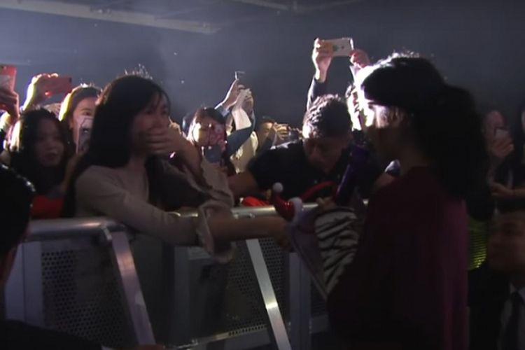 Salah satu penyanyi solo perempuan kenamaan di Korea Selatan, IU, saat menghampiri penggemarnya dalam konsernya di Hong Kong, [ada akhir 2018.