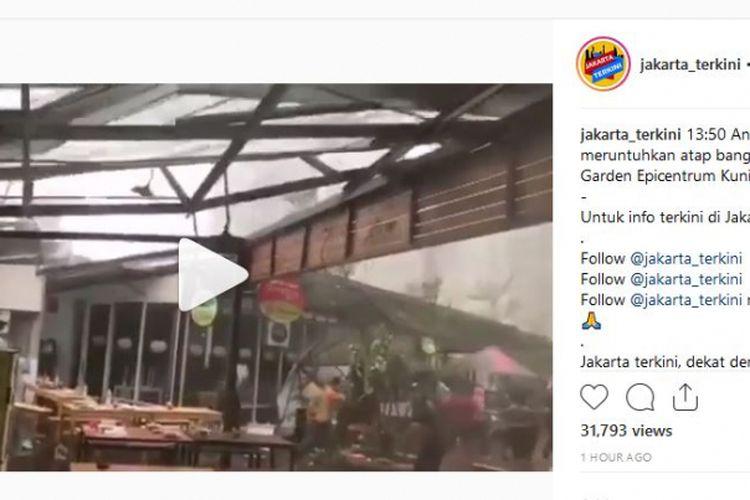Hujan dan angin kencang yang melanda Jakarta pada Senin (10/12/2018) siang ini membuat atap Rasuna Garden Food Street di kawasan Kuningan, Jakarta Selatan lepas.