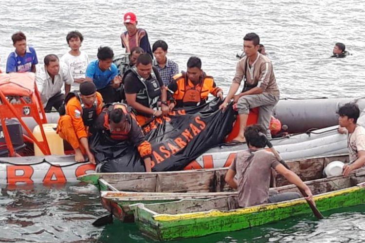 Setelah satu malam hilang ditelan ombak Danau Toba, ABK KM Ramos ditemukan tim SAR gabungan dalam keadaan tewas, Sabtu (23/6/2018)