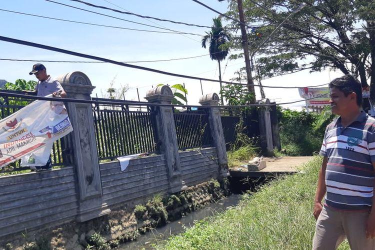 Komisioner Bawaslu Padang Bahrul Anwar meninjau penertiban APK di Padang, Minggu (14/04/2019)