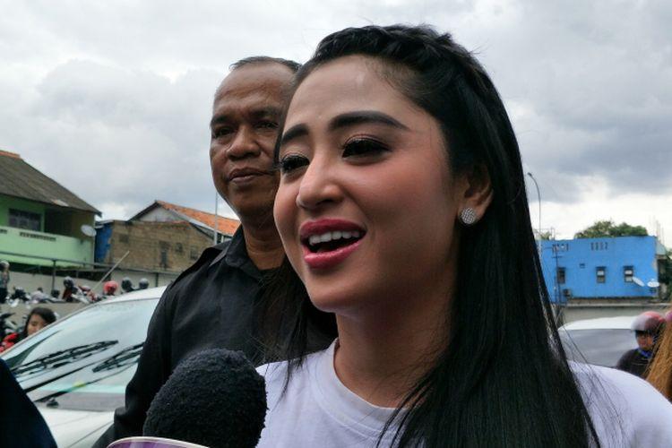 Dewi Perssik diwawancara sesudah mengisi sebuah acara televisi di kawasan Tendean, Jakarta Selatan, Selasa (29/11/2017).