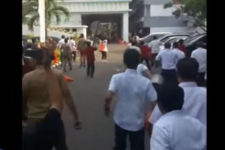 Aksi unjuk rasa di depan Kantor Kementerian Dalam Negeri, Jakarta Pusat, pada Rabu (11/10/2017) berujung ricuh. Sejumlah fasilitas dan kendaraan dikabarkan rusak akibat peristiwa itu.