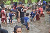 Sambil Hujan-hujanan, Dedi Mulyadi Diajak Tangkap Ikan Pakai Tangan di Empang