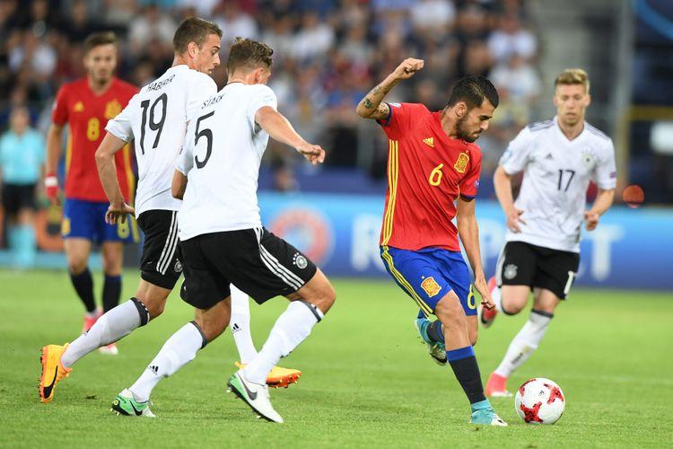 Gelandang timnas Spanyol, Dani Ceballos (tengah), berebut bola dengan bek Jerman, Niklas Stark (5) dan penyerang Jerman Janik Haberer (19), dalam pertandingan final Piala Eropa U-21 di Krakow, Polandia, 30 Juni 2017.