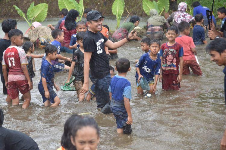 Cawagub Jawa Barat Dedi Mulyadi, turun ke empang bersama warga untuk ngobeng ikan bersama warga di Ciamis, Jumat (20/4/2018).