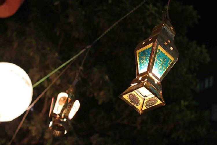 Dekorasi lentera di rumah selama bulan Ramadhan.