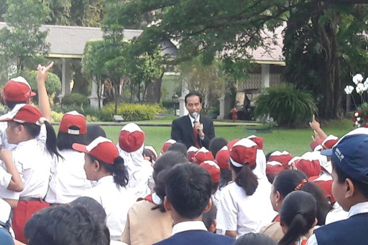 Presiden Joko Widodo menceritakan dongeng di depan 500-an siswa SD dan SMP di halaman Istana Kepresidenan, Jakarta, Rabu (17/5/2017).