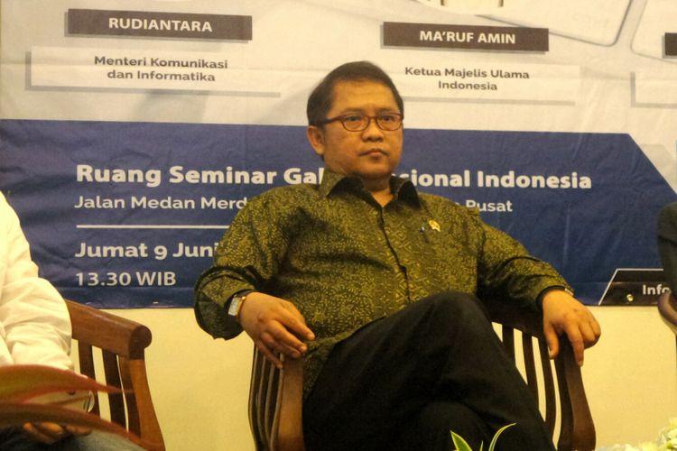 Menteri Komunikasi dan Informatika (Menkominfo) Rudiantara dalam sebuah diskusi bertajuk Bedah Fatwa MUI #MuamalahMedsosiah di Galeri Nasional, Jakarta Pusat, Jumat (9/6/2017).