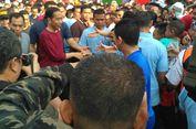 Pakai Kaus Lengan Panjang Merah, Presiden Jokowi Sapa Warga di CFD Solo