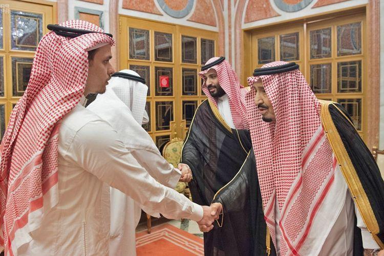 Raja Salman Abdulaziz dan Putra Mahkota Arab Saudi Mohammed bin Salman (dua di sisi kanan) saat menerima putra dan saudara jurnalis Jamal Khashoggi di Istana Kerajaan, Selasa (23/10/2018).