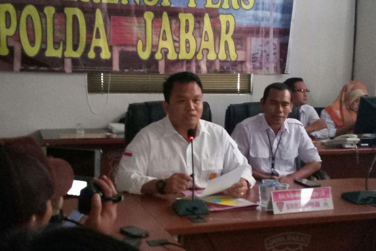 Direskrimum Polda Jabar Kombes Umar Surya Fana tengah menjelaskan hasil gelar perkara kasus pembakaran bendera di Garut.