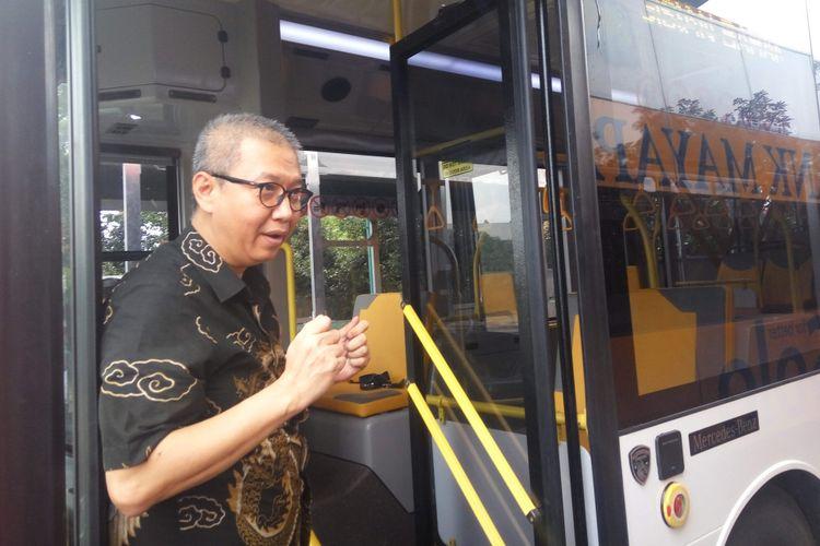 Direktur Utama PT Transjakarta, Budi Kaliwono saat mencoba bus low entry berbahan alumunium di Kudus, Jawa Tengah, Selasa (13/2/2018).