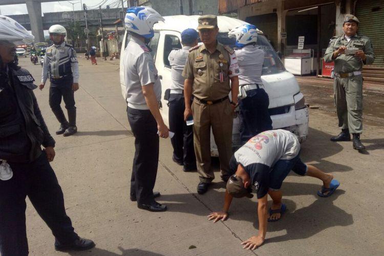 Remaja yang mengemudikan angkot dihukum push-up di Pasar Kebayoran Lama, Jakarta Selatan, Selasa (28/11/2017).