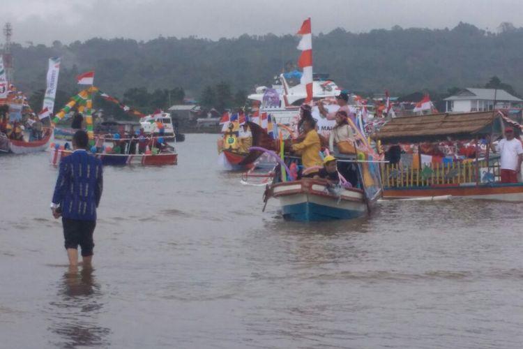 Penampilan sejumlah perahu hias menghiasi Teluk Ambon saat pembukaan Festival Pesta Teluk Ambon 2017, Jumat (8/9/2017).