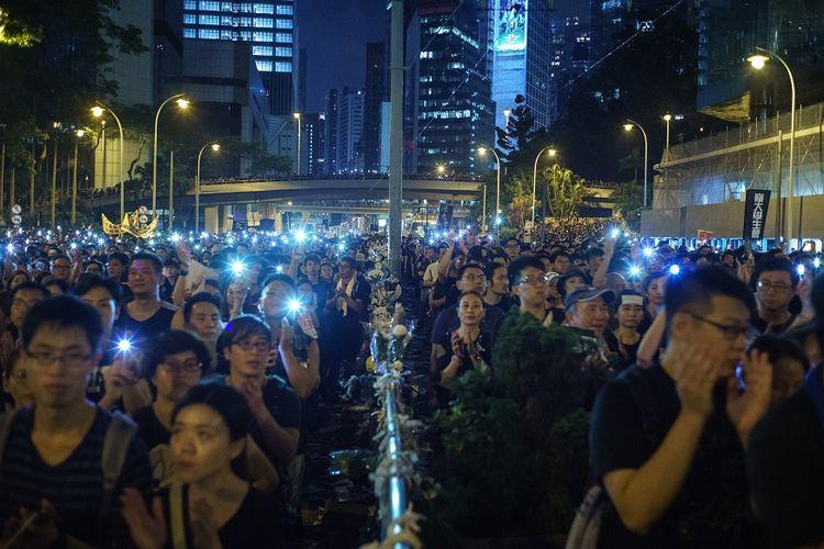 Warga Hong Kong saat melakukan aksi menentang UU Ekstradisi, pada Minggu (16/6/2019).