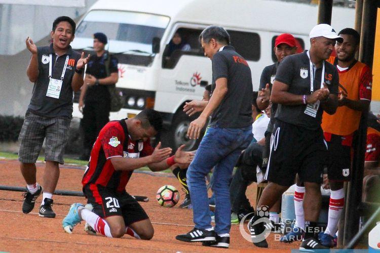 Striker Persipura Jayapura, Addison Alves, merayakan golnya ke gawang Sriwijaya FC di Stadion Jakabaring, Minggu (30/7/2017).