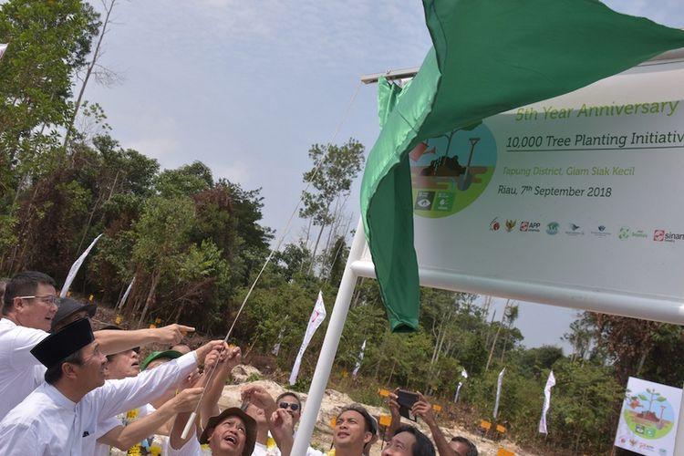 Berfoto dari kiri ke kanan, Chairman of Japan Agency for Environmental Business Mitsunori Kamiya bersama Chairman APP Sinar Mas Jepang Tan Ui Sian melakukan seremoni penanaman 10.000 pohon di Kecamatan Tapung, Provinsi Riau.