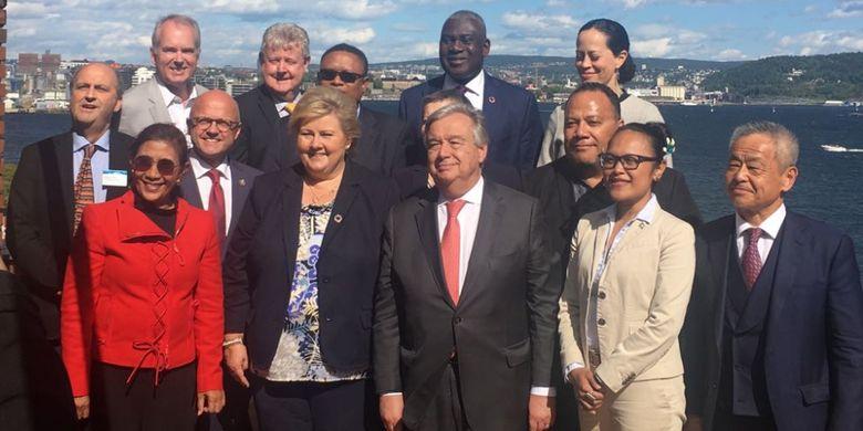 Menteri Kelautan dan Perikanan Susi Pudjiastuti berfoto bersama usai pertemuan di Museum Kemaritiman Norwegia, Selasa (19/6/2018). Dalam pertemuan tinggkat tinggi tersebut hadir perwakilan negara-negara di antaranya Norwegia, Jepang, Australia, Portugal, Meksiko, Palau, Fiji, Chile dan Namibia.