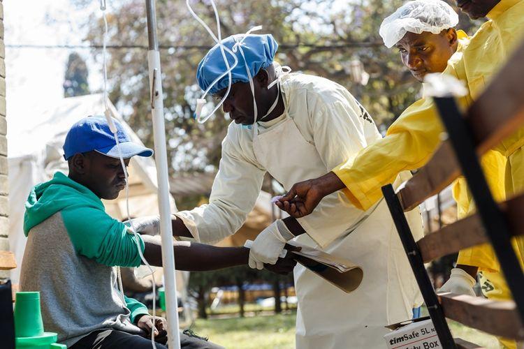 Staf medis memeriksa warga dari gejala penyakit kolera yang tengah mewabah di ibu kota Zimbabwe di Harare.