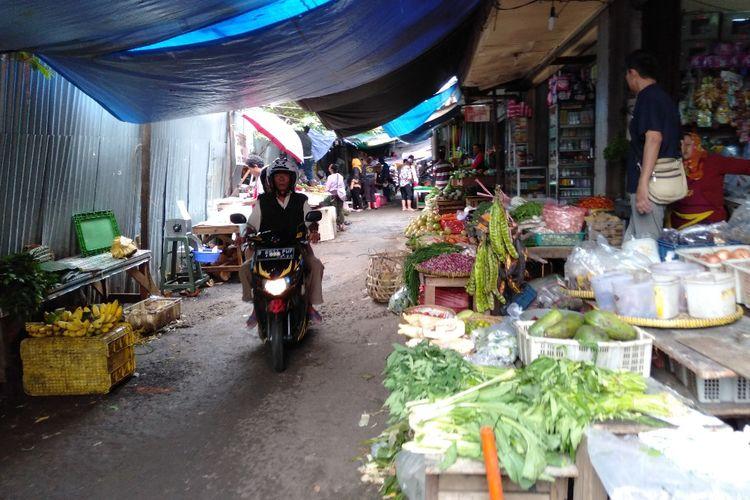 Para pedagang pasar blok A untuk sementara direlokasi di belakang Pasar Blok A, Kebayoran Baru, Jakarta Selatan, Kamis (14/3/2019)