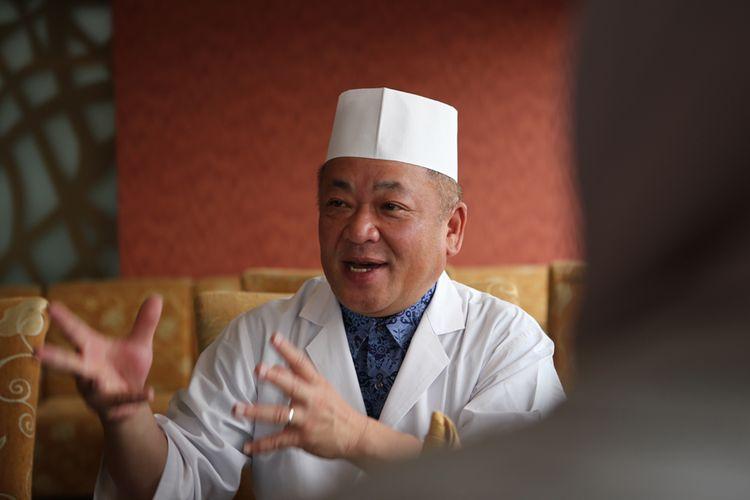 Chef Koushi Umemoto dari Shiga, Jepang saat menerangkan tentang keistimewaan daging omi hime, di Restoran Kahyangan, Jakarta, Selasa (10/7/2018).
