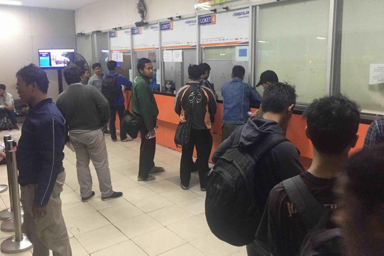 Ratusan calon penumpang kereta api di Stasiun Pasar Senen, Jakarta Pusat, harus menunggu berjam-jam pada Rabu (13/6/2018) untuk bisa melakukan proses pembatalan tiket.