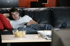 Nonton TV Sampai Ketiduran Bikin Tidur Tak Nyenyak