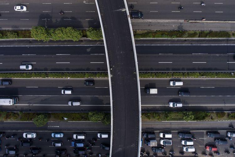 Sejumlah kendaraan melintas di bawah Simpang Susun Semanggi di Jakarta, Jumat (14/7/2017). Jalan layang sepanjang 1,6 kilometer yang mengelilingi Bundaran Semanggi untuk mengurangi kemacetan di kawasan tersebut bakal dilakukan uji coba pada 29 Juli hingga 16 Agustus 17 sebelum diresmikan pada 17 Agustus 2017.