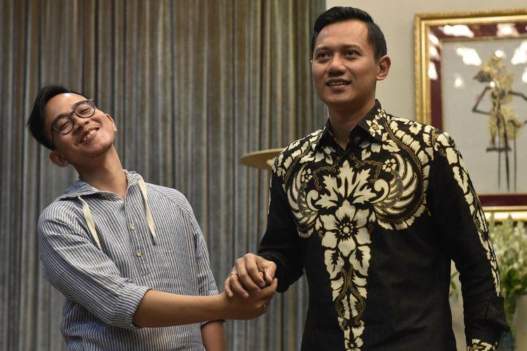 Putra Presiden Joko Widodo Gibran Rakabuming Raka (kiri) berjabat tangan dengan putra Mantan Presiden Susilo Bambang Yudhoyono Agus Harimurti Yudhoyono (kanan) usai pertemuan tertutup di Presidential Lounge, Kompleks Istana Kepresidenan, Jakarta, Kamis (10/8/2017). Kedatangan Agus Harimurti ke Istana dalam rangka menyampaikan undangan peresmian The Yudhoyono Institute.