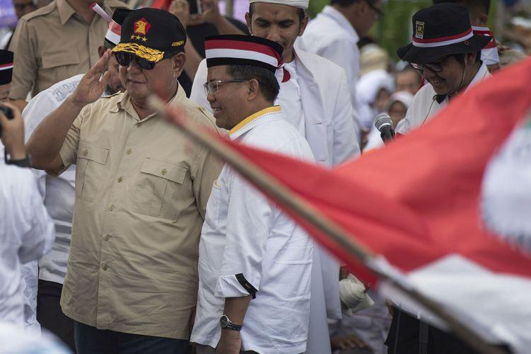 Ketua Umum sekaligus Ketua Dewan Pembina Partai Gerindra Prabowo Subianto (kiri) bersama Presiden Partai Keadilan Sejahtera Sohibul Iman (kedua kiri) menghadiri Aksi Bela Rohingya 169 di Monumen Patung Kuda, Jakarta, Sabtu (16/9/2017). Aksi dari Crisis Center for Rohingya PKS bersama ormas-ormas Islam tersebut menyuarakan dihentikannya kekerasan dan dikembalikannya hak kewarganegaraan etnis Rohingya.