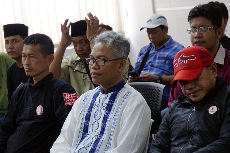 Terdakwa kasus dugaan pelanggaran UU ITE, Buni Yani (tengah) bersiap mengikuti persidangan dengan agenda pembacaan tuntutan di Gedung Perpustakaan dan Arsip Kota Bandung, Jawa Barat, Selasa (3/10). Buni Yani, dituntut oleh Jaksa Penuntut Umum (JPU) selama dua tahun penjara serta dikenakan denda Rp100 juta dengan subsider tiga bulan kurungan.