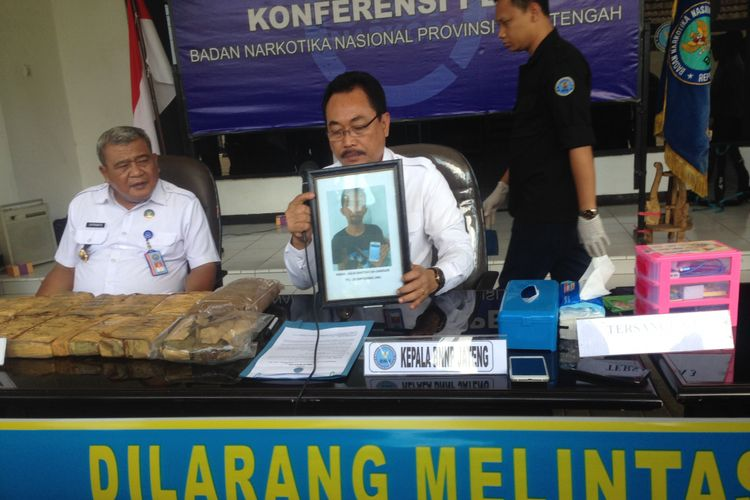 Konferensi pers pembongkaran ganja kering seberat 10,68 kg dari Aceh melalui pengiriman pos, Kamis (12/10/2017).