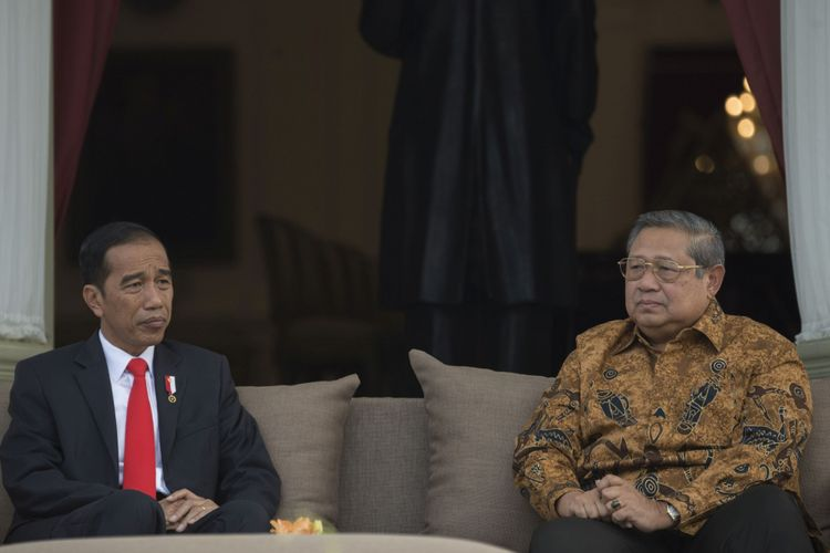 Presiden Joko Widodo (kiri) berbincang dengan Presiden ke-6 RI Susilo Bambang Yudhoyono (kanan) di teras belakang Istana Merdeka, Jakarta, Jumat (27/10/2017).