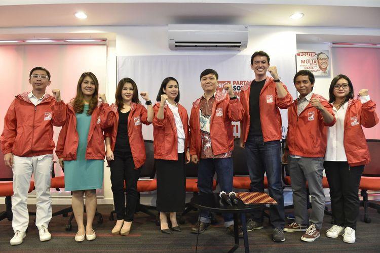 Ketua Umum Partai Solidaritas Indonesia (PSI) Grace Natalie (ketiga kiri) bersama Sekjen PSI Raja Juliantoni (kedua kanan), pengurus PSI dan tiga orang pengacara muda Dini Shanti Purwono (keempat kiri), Surya Tjandra (keempat kanan) serta Rian Ernest Tanudjaja (ketiga kanan) berpose saat pendaftaran calon anggota legislatif PSI di Jakarta, Selasa (31/10/2017). Ketiga pengacara muda tersebut mendaftar sebagai calon anggota legislatif dari PSI pada pemilu legislatif 2019.