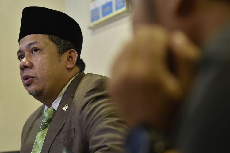 Wakil Ketua Dewan Perwakilan Rakyat Fahri Hamzah menyampaikan tanggapan terkait kasus dugaan korupsi Ketua DPR Setya Novanto di Kompleks Parlemen, Senayan, Jakarta, Kamis (16/11/2017). Fahri menanggapi upaya penjemputan paksa Setya Novanto oleh KPK dan menyatakan bahwa ketua partai berlambang beringin tersebut masih berada di Jakarta.