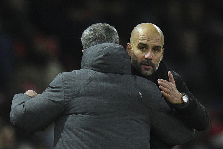 Manajer Manchester United, Jose Mourinho (kiri), berpelukan dengan manajer Manchester City, Pep Guardiola, usai pertandingan Premier League di Old Trafford, Manchester, Minggu (10/12/2017).