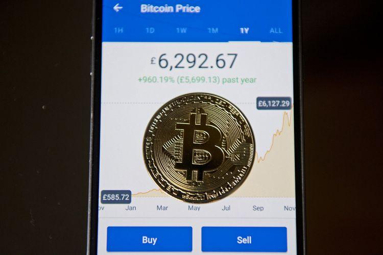 Souvenir koin emas bitcoin yang diperjualbelikan di Inggris. Foto diambil pada 20 November 2017.