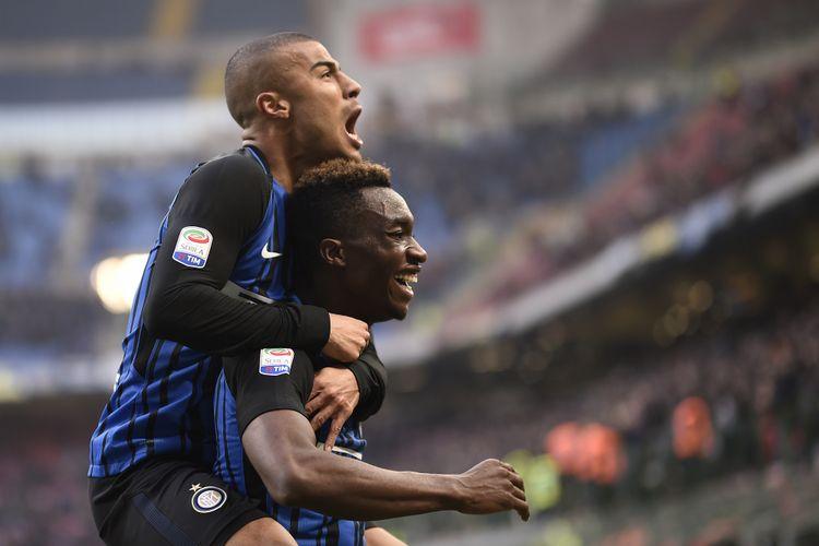 Yann Karamoh dan Rafinha Alcantara merayakan gol kemenangan Inter Milan atas Bologna pada pertandingan Serie A di Stadion Giuseppe Meazza, Minggu (11/2/2018).