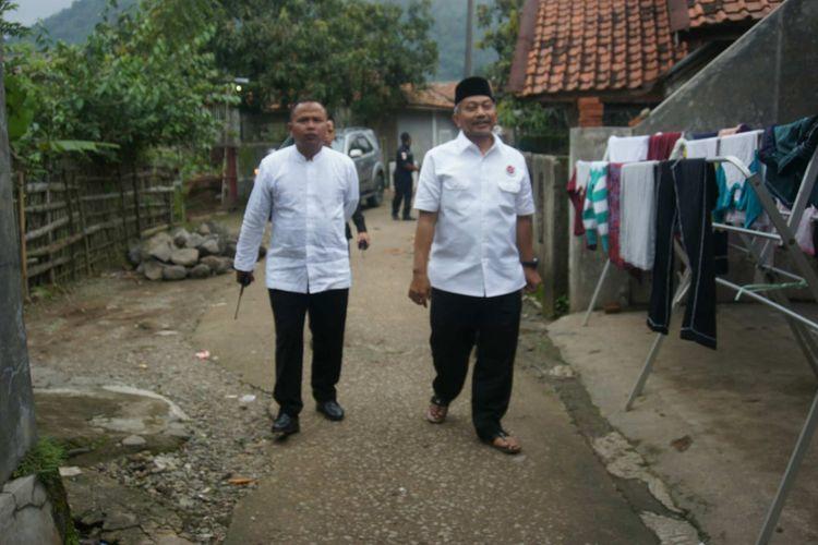 Calon wakil gubernur Jabar nomor urut 3 Ahmad Syaikhu saat berkunjung ke Kampung Cilaksana, Desa Cintalaksana, Kecamatan Tegalwaru, Kabupaten Karawang, Selasa (13/3/2018).