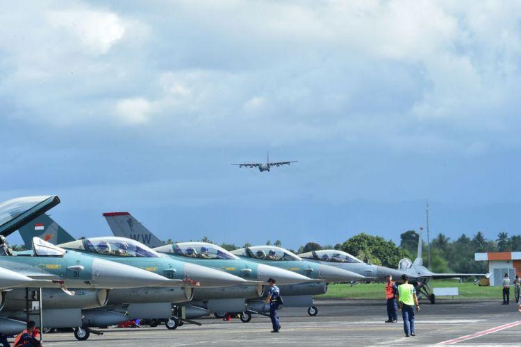 Pesawat Tempur F-16 Lanud Rsn Pekanbaru dan USAF saat latihan di Lanud Sam Ratulangi, Manado, Senin (13/3/2018).