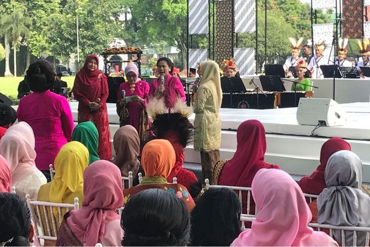 Ibu Negara Iriana dan Ibu Wakil Presiden Mufida Kalla saat menghadiri Hari Kartini di Istana Presiden Bogor, Sabtu (21/4/2018).