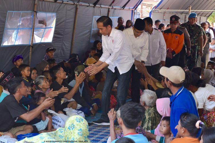 Presiden Joko Widodo dan Gubernur NTB TGB Zainul Madji saat meninjau korban gempa di Desa Madayin, Kecamatan Sambelia, Kabupaten Lombok Timur, NTB, Senin (30/7/2017).