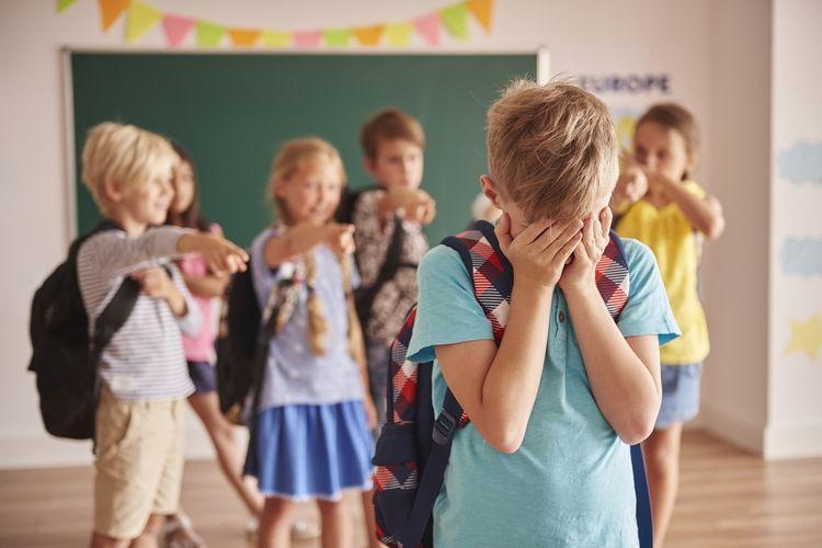 Seorang anak harus menutup mukanya karena menjadi korban bully dari teman-temannya.