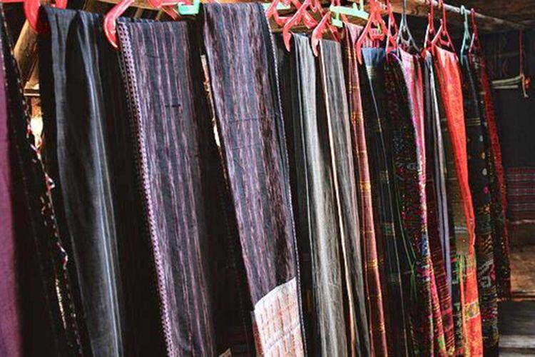 Kain Ulos merupakan kain tenun khas Batak yang sangat cantik, biasanya dipakai pada acara adat atau keagamaan.