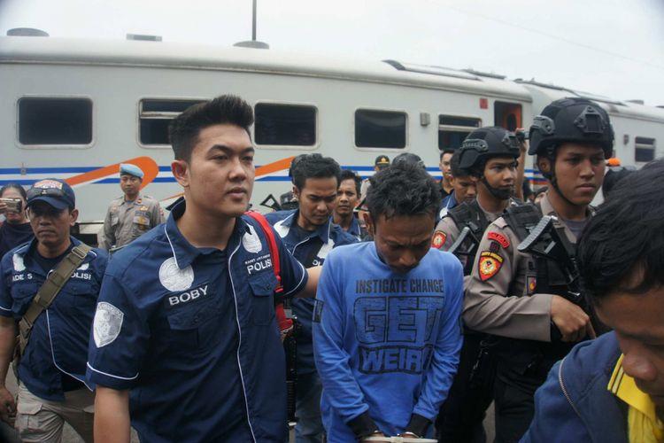Antoni (34) pelaku pembunuh Ririn Agustin (11) ditangkap di Binjai, Sumut. Antoni dibawa ke Karawang dengan KA Singosari jurusan Pasar Senen-Blitar, Jumat (21/9/2018).