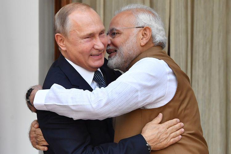 Perdana Menteri India Narendra Modi (kanan) berpelukan dengan Presiden Rusia Vladimir Putin saat bertemu di New Delhi Jumat (5/10/2018).